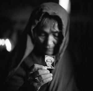 qurban-gul-sosteniendo-una-fotografia-de-su-hijo-mula-awaz-campo-de-refugiados-afganos-pakistan-1998-c-fazal-sheikh-2009