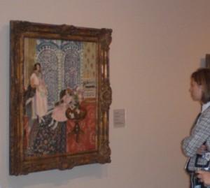 María mirando un cuadro de Matisse