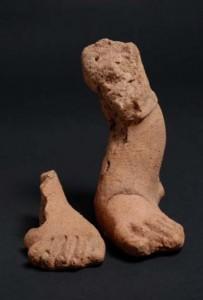 fragmentos de los pies de una figura.  IFE .5