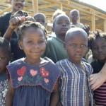 Niños del campamento y viviendas en construccion bj