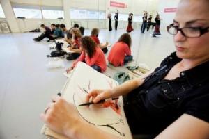Se trata de plasmar sobre papel las coreografías y el movimiento fugaz a través de diferentes técnicas, como acuarela, cera, tinta o lápiz