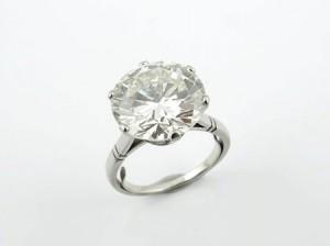 422: SORTIJA Realizada en oro blanco, tipo solitario, con diamante central talla brillante, peso total aproximado: 7.40 ct., montado en garras de seis puntas. Fleje y grabación en interior del aro.      Salida: 47.000 €