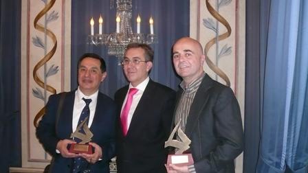 Los premiados, Francisco González y  Ramón Espantaleón, con el director general de Comercio Angel Luís Martín  en el centro.
