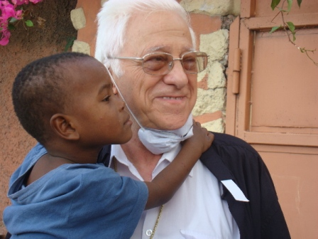 Padre Angel con niño Haiti bj