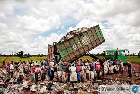 Un camión cargado de residuos llega hasta el basurero de Siem Reap. En este basurero se estima que trabajan unos 20 menores de edad que han llegado con sus familias.