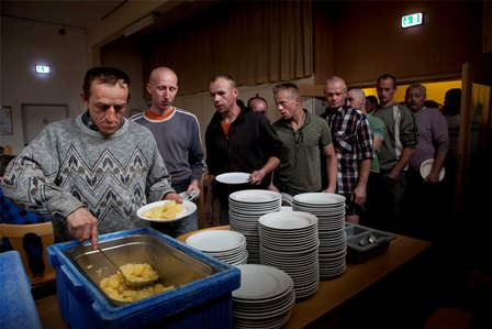 Ovelgönne ,10.05.2013 Hambühren , Germany, April-june ,2013.Para la comida esperan en fila muchos trabajadores, algunos comen en la sala de comida algunos otros en sus cuartos. la comida es preparada y servida por los administradores del hotel donde se hospedan y tiene un costo de 2 Euros.©Irving Villegas