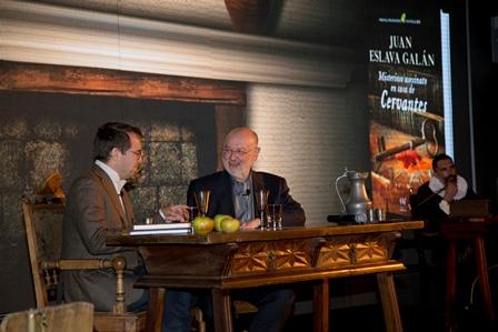 Javier Sierra y Juan Eslava Galán ayer en la presentación del libro.
