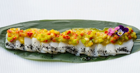 Cebiche-sashimi de vieiras con piperrada de mango y ají_Montes de Galicia