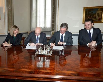 Firma Acuerdo entre Patrimonio Nacional y El Prado (izq a dch. Alicia Pastor Mor, José Pedro Pérez-Llorca, Alfredo Pérez de Armiñán y Miguel Zugaza) 2
