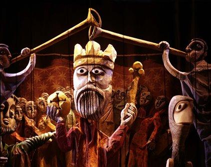 Las marionetas del Retablo de Maese Pedro salen del Real y se cuelan en los colegios