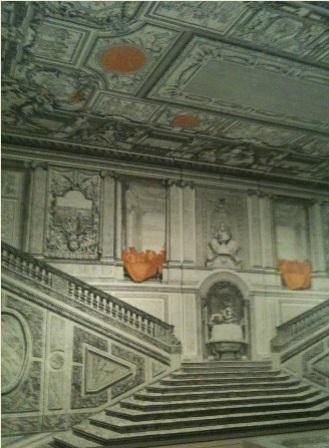 Versalles, escalera cartones LOGOPRESS