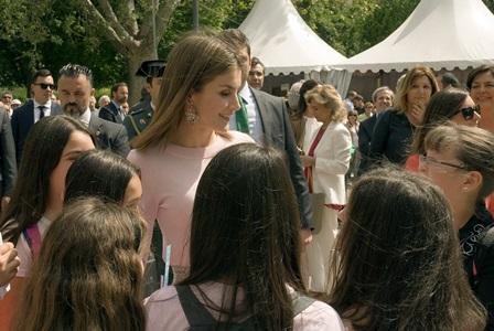 Doña Letizia con un grupo de niñas