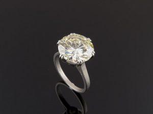 Lote 103: Solitario , realizado en oro blanco , con diamante central talla brillante montado en garras dobles de seis puntas, peso total aproximado: 5.67 ct. Color y pureza estimados: Light Yellow / VVS. Precio de salida: 22.800 euros