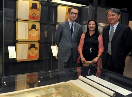 la-directora-general-adjunta-de-la-fundacion-bancaria-la-caixa-elisa-duran-el-subdirector-del-museo-de-nankin-qizhi-wang
