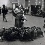 1925_Plaza_Santa_Cruz_vendedora_pavos1