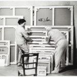 David Douglas Duncan. Picasso con Jacqueline firmando obras en La Californie. 1960